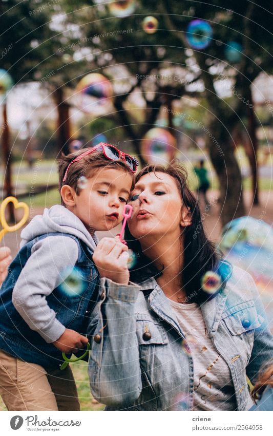 Mutter und Sohn spielen mit Seifenblasen im Park. Lifestyle Freude Glück schön Spielen Ferien & Urlaub & Reisen Sommer Kind Mensch Baby Junge Frau Erwachsene
