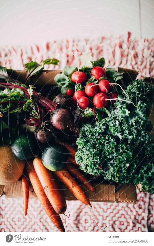 Verschließen von verschiedenen Gemüsesorten auf dem Tisch Ernährung Essen Vegetarische Ernährung Diät Küche Natur Holz außergewöhnlich frisch natürlich grün rot