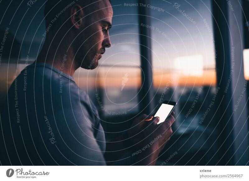 Männer stehen vor dem Fenster mit Smartphone bei Sonnenuntergang. Lifestyle Arbeit & Erwerbstätigkeit Büro Business Telefon PDA Bildschirm Technik & Technologie