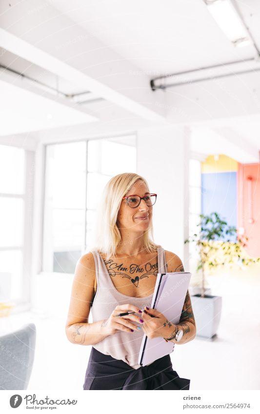 tätowierte junge Geschäftsfrau, die Organisation bei der Arbeit macht. Lifestyle Stil Design schön Arbeit & Erwerbstätigkeit Büro Business Unternehmen