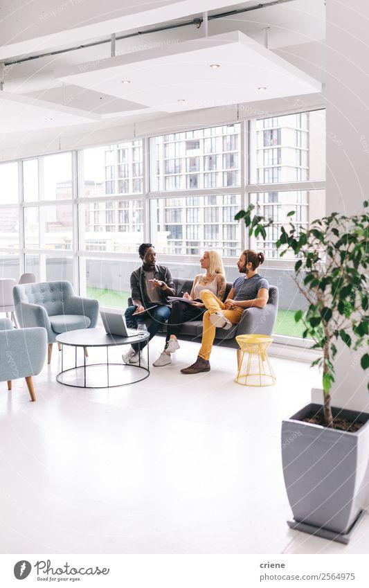 Gruppe junger Geschäftsleute im Gespräch im Start-up-Büro Lifestyle Dekoration & Verzierung Tisch Arbeit & Erwerbstätigkeit Beruf Business Unternehmen Sitzung