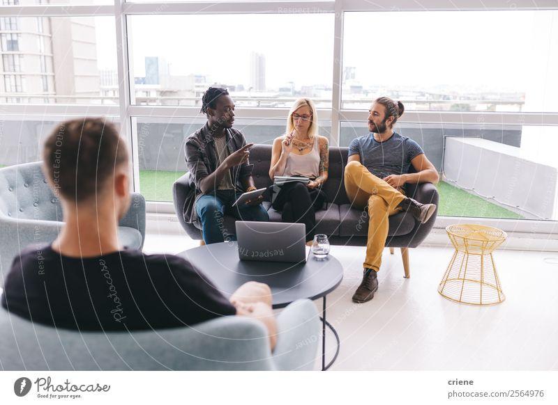 Gemischte Rassengruppe von Geschäftsleuten, die in einem Meeting chatten. Lifestyle Arbeit & Erwerbstätigkeit Beruf Büro Business Unternehmen Sitzung Computer