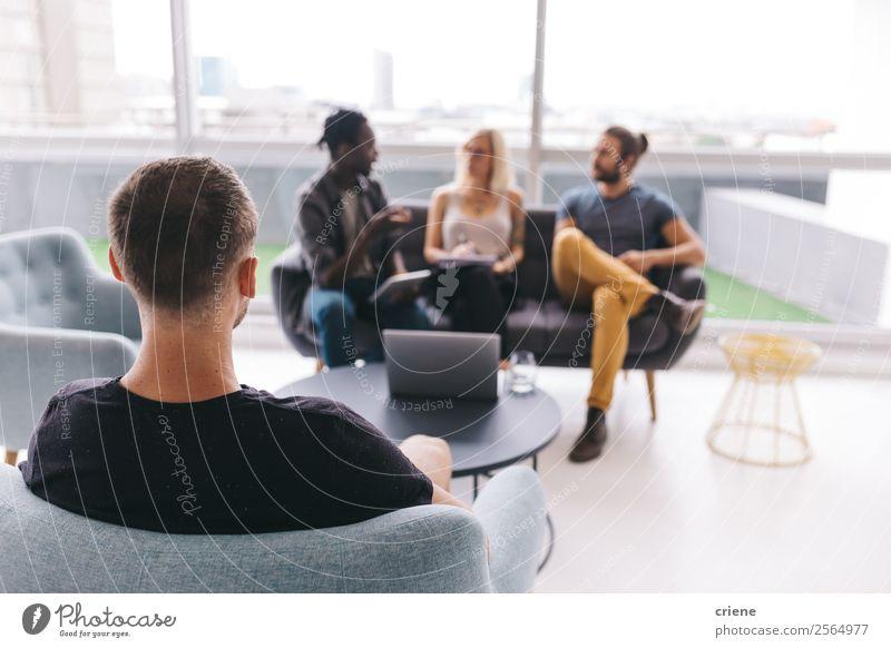 Gruppe junger Geschäftsleute im Gespräch im Büro Lifestyle Arbeit & Erwerbstätigkeit Beruf Business Unternehmen Sitzung Computer Notebook Mensch Frau Erwachsene