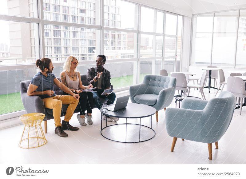 gemischtrassige Gruppe von Leuten, die über Geschäfte im Büro sprechen. Lifestyle Arbeit & Erwerbstätigkeit Beruf Business Unternehmen Sitzung Computer Notebook