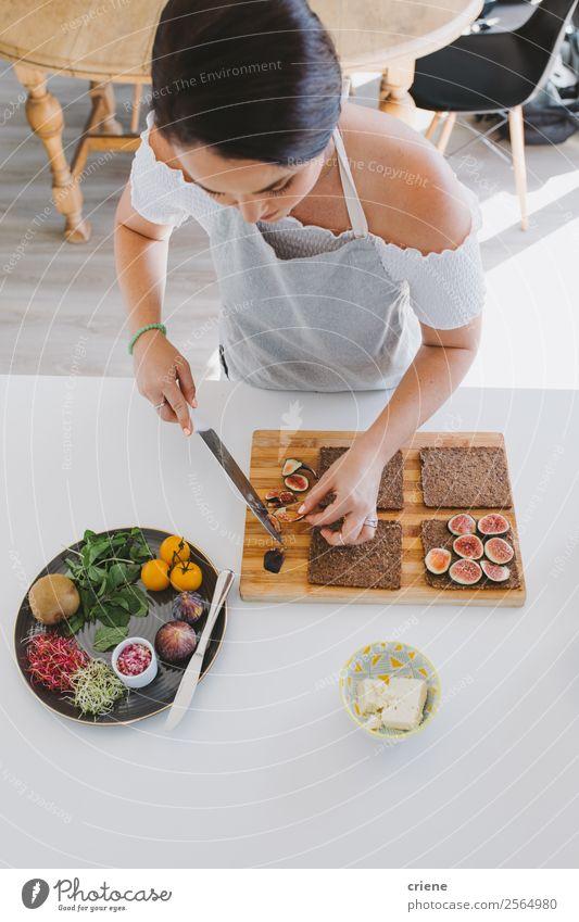 junge Frau, die ein gesundes Mittagessen zu Hause zubereitet. Käse Gemüse Frucht Essen Abendessen Diät Lifestyle Glück schön Tisch Küche Mensch Erwachsene