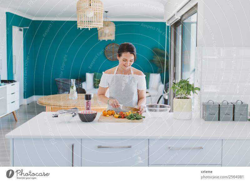 junge Frau, die gesunde Vegetabel in der Küche zubereitet. Gemüse Ernährung Essen Abendessen Vegetarische Ernährung Schalen & Schüsseln Lifestyle Glück schön