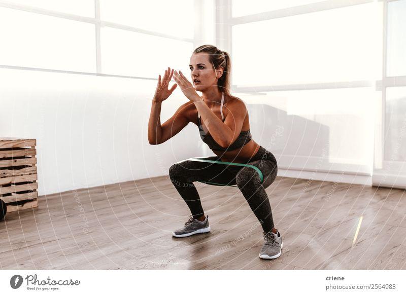 junge Frau bei Trupps mit Gummizug Lifestyle schön Körper Wellness Erholung Sport Yoga Mensch Erwachsene Band Unterwäsche Bewegung Fitness stehen muskulös