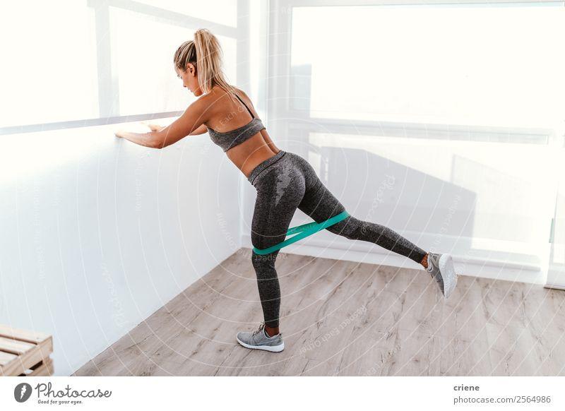 athletische junge Frau beim Training mit Gummiband Lifestyle schön Körper Wellness Erholung Sport Yoga Mensch Erwachsene Band Unterwäsche Bewegung Fitness