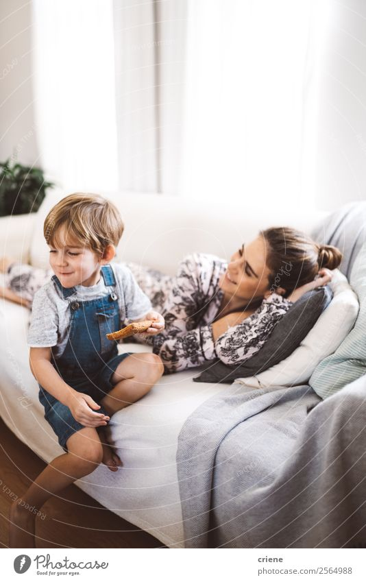 Mutter und Sohn verbringen den Morgen im Wohnzimmer. Essen Frühstück Mittagessen Lifestyle Glück Junge Frau Erwachsene Eltern Familie & Verwandtschaft Kindheit