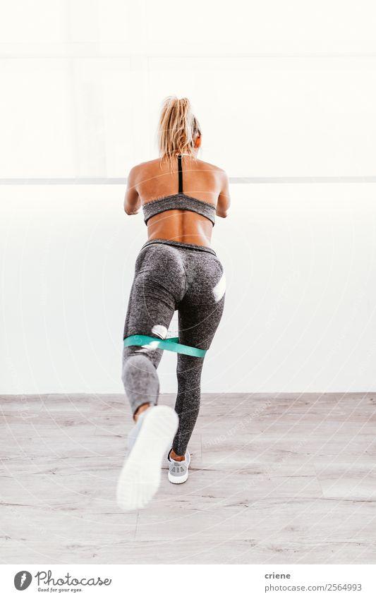 junge Frau beim Training zu Hause Lifestyle schön Körper Wellness Erholung Sport Yoga Mensch Erwachsene Band Unterwäsche Bewegung Fitness stehen muskulös üben