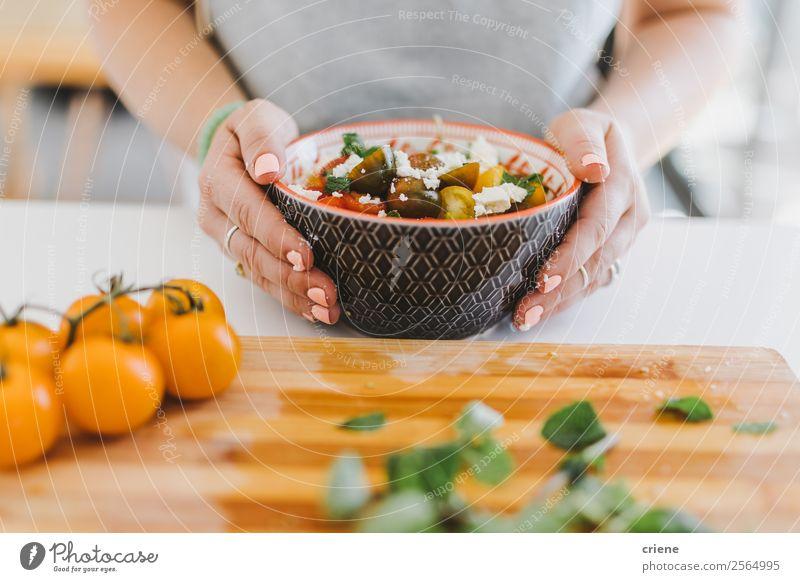 Nahaufnahme von zubereitetem Gemüse in der Schüssel Käse Ernährung Essen Mittagessen Abendessen Vegetarische Ernährung Lifestyle Küche Frau Erwachsene Hand