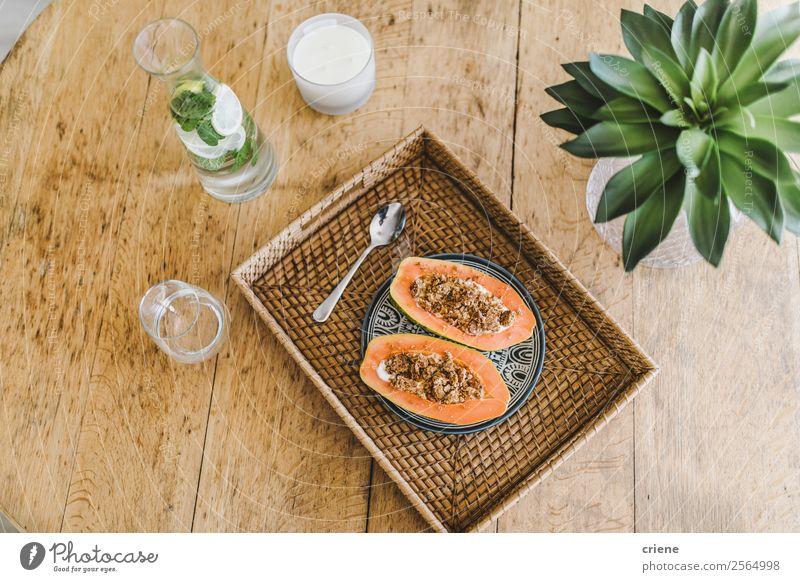 Nahaufnahme der Vorbereitung der Papaya mit Getreide in der Küche Joghurt Frucht Dessert Vegetarische Ernährung Diät exotisch Sommer Tisch Natur Pflanze Blatt