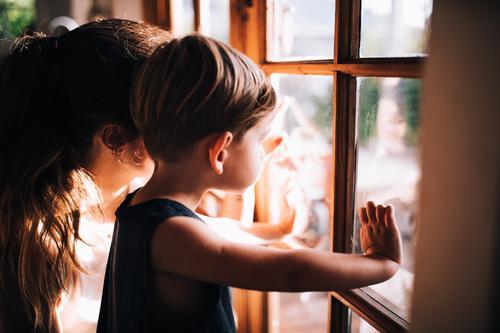 Mutter und Sohn genießen den Blick aus dem Fenster. Freude schön Kind Baby Junge Frau Erwachsene Eltern Familie & Verwandtschaft Zoo Natur Herbst Liebe warten