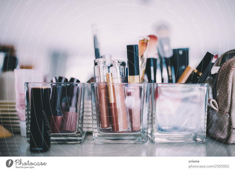 Nahaufnahme des Make-ups im Salon Stil Haut Kosmetik Schminke Lippenstift Dekoration & Verzierung Tisch Frau Erwachsene Mode Sammlung machen Scham Farbe