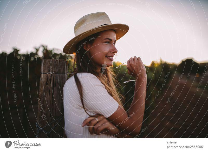 Frau Natur Ferien & Urlaub & Reisen Sommer Pflanze schön Landschaft Freude Lifestyle Erwachsene Wärme Glück Stil Gras Garten Mode