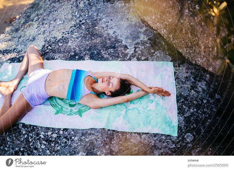 junge Frau bei Yoga-Übungen an der Küste Lifestyle schön Körper Erholung Meditation Ferien & Urlaub & Reisen Sommer Sonne Strand Meer Sport Mensch Erwachsene
