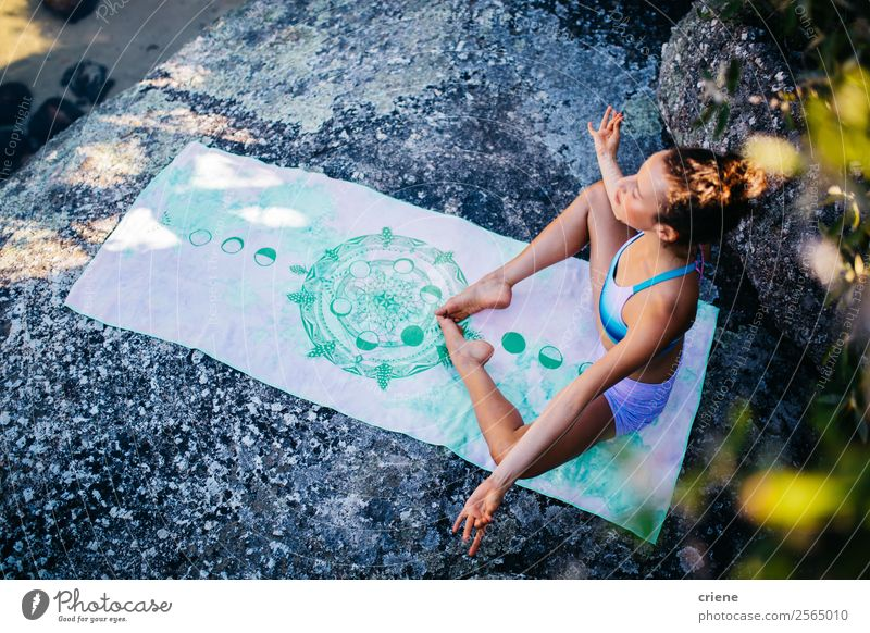 attraktive Frau bei der Meditation am Strand Lifestyle schön Körper Erholung Ferien & Urlaub & Reisen Sommer Sonne Meer Sport Yoga Mensch Erwachsene Natur Sand