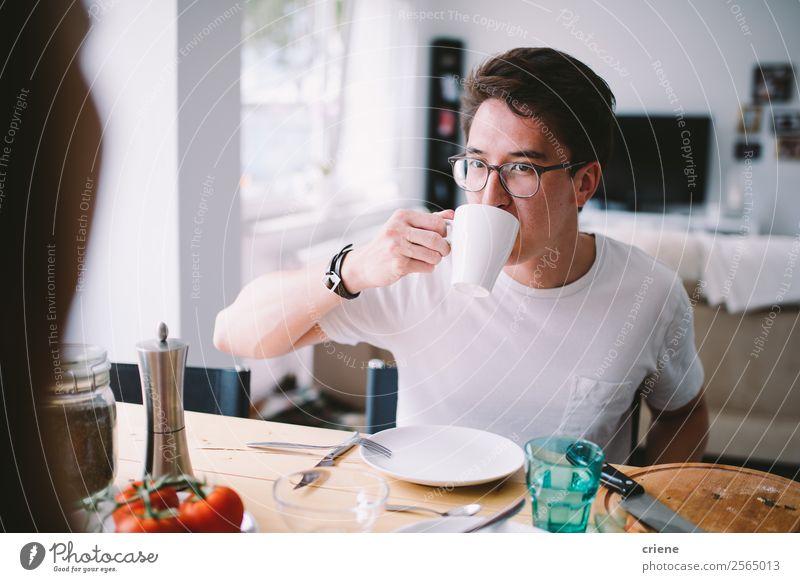 junger asiatischer Mann beim Kaffee trinken und Frühstücken Gemüse Essen Freude schön Stuhl Tisch Küche sprechen Mensch Frau Erwachsene Familie & Verwandtschaft