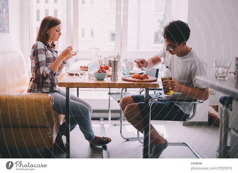 junges Paar beim gemeinsamen Frühstück in der Küche Gemüse Essen Kaffee Freude schön Stuhl Tisch sprechen Mensch Frau Erwachsene Mann Familie & Verwandtschaft