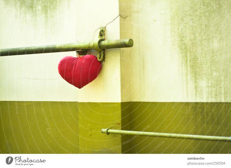 Herz Häusliches Leben Wohnung Haus Stadt Stadtzentrum Bauwerk Gebäude Mauer Wand Zeichen Gefühle Sympathie Zusammensein Liebe Verliebtheit Treue Romantik