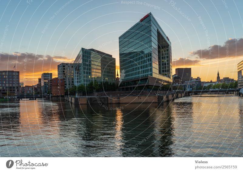 im Quadrat Hafencity Hafenstadt Gebäude Architektur Sehenswürdigkeit entdecken außergewöhnlich Coolness Kitsch gelb orange Kraft Macht Hamburg Glas Dämmerung