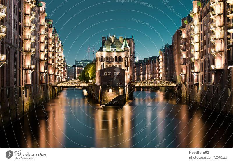 Speicherstadt Hamburg Hafenstadt Stadtzentrum Altstadt Haus Brücke Bauwerk Gebäude Architektur Fassade Sehenswürdigkeit Wahrzeichen Denkmal alt blau gelb