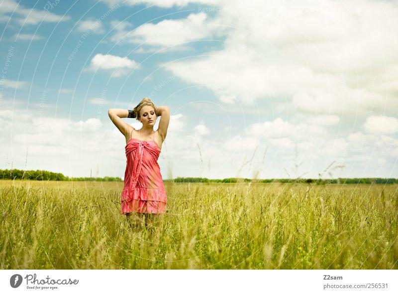 Genuss pur! Erholung ruhig Mensch feminin Junge Frau Jugendliche 1 18-30 Jahre Erwachsene Umwelt Natur Landschaft Himmel Wolken Gras Feld Mode Kleid stehen