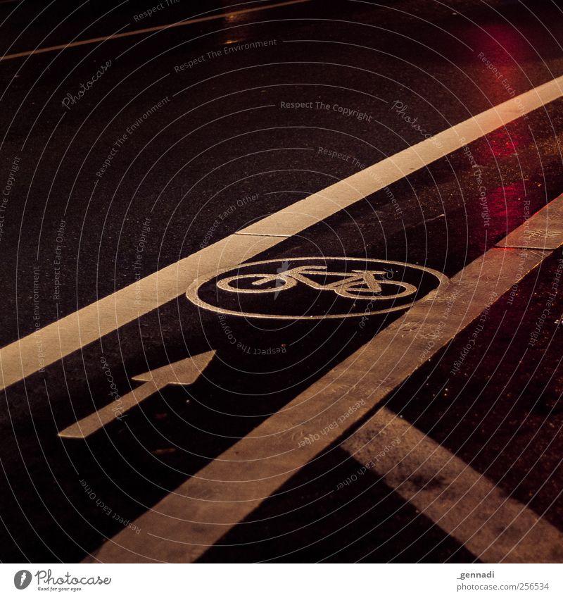 Hier bin ich König Straße Wege & Pfade Beton Verkehr gefährlich Streifen Symbole & Metaphern Asphalt Pfeil Verkehrswege diagonal Personenverkehr Fahrbahn Fahrradbremse Fahrbahnmarkierung Fahrradweg