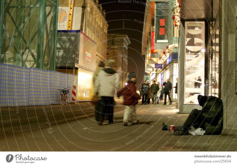 Obdachlos obdachlos kalt Obdachlose Leipzig Blick Fußgänger Konsum Mann Plattenbau Wegsehen Weihnachten & Advent