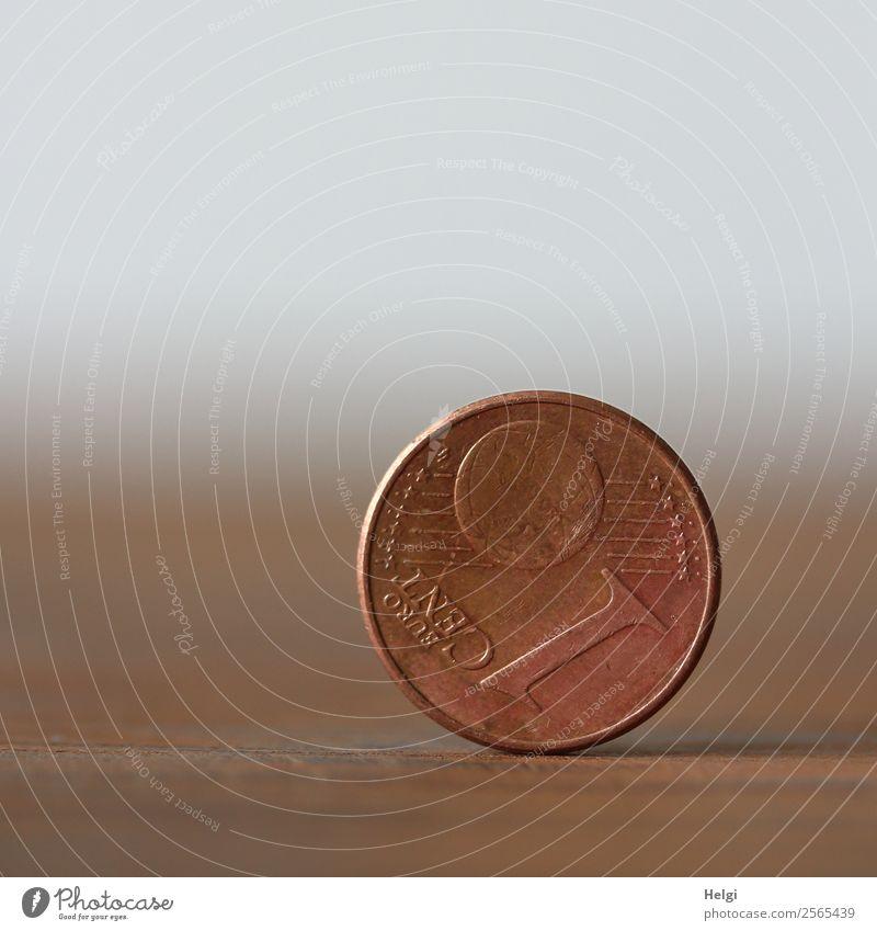 eine 1-Cent-Münze steht senkrecht auf dem Rand Geldmünzen Euro Metall Ziffern & Zahlen stehen Armut rund braun grau Appetit & Hunger Zukunftsangst Verzweiflung