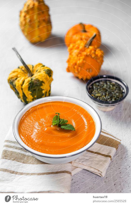 Kürbiscreme in der Schüssel Lebensmittel Gemüse Suppe Eintopf Abendessen Vegetarische Ernährung Diät Teller Schalen & Schüsseln Löffel Gesunde Ernährung Natur