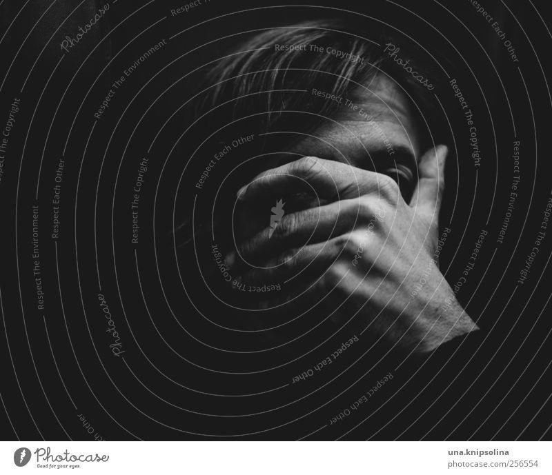 eins, zwei, drei, vier eckstein... Mensch Mann Hand Erwachsene Gesicht dunkel Gefühle Traurigkeit Denken Stimmung blond Angst maskulin bedrohlich Schutz