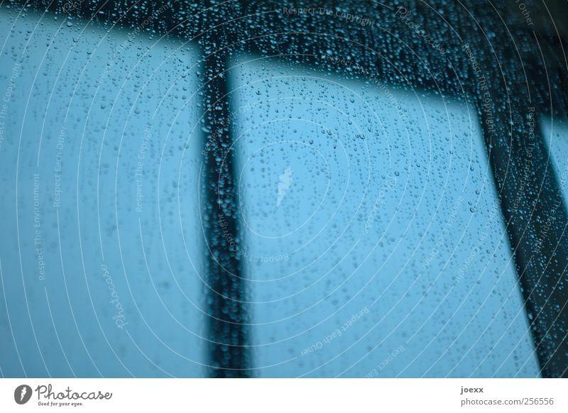 Fenster klopfen Himmel blau schwarz dunkel Regen nass Wassertropfen Tropfen schlechtes Wetter
