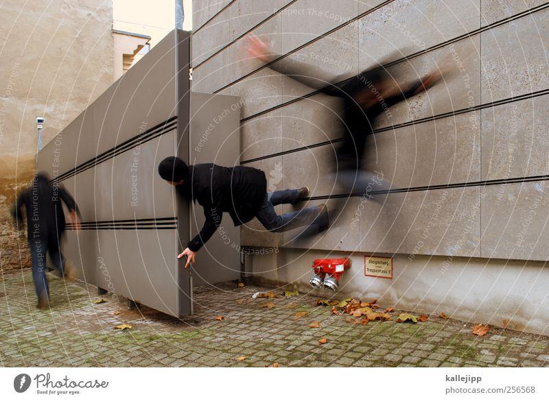 run for cover Mensch maskulin Mann Erwachsene Leben 3 springen Flucht flüchten Mauer Panik bedrohlich Anspannung Farbfoto Außenaufnahme Licht Schatten Kontrast