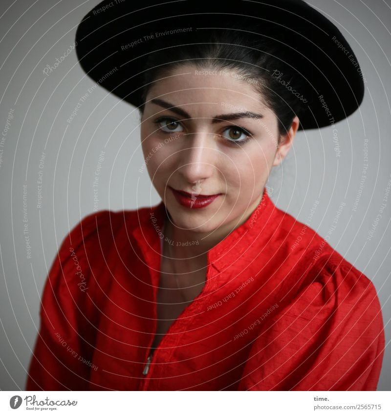 Berna feminin Frau Erwachsene 1 Mensch Kleid Hut schwarzhaarig beobachten Lächeln Blick warten außergewöhnlich schön Wärme Zufriedenheit selbstbewußt