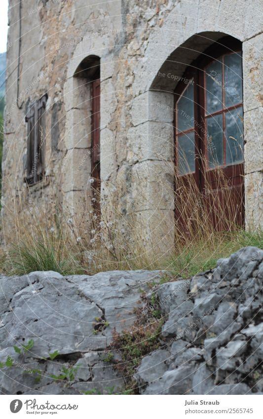 Stein Haus Tür Sommer Gras Südfrankreich Menschenleer Mauer Wand Fenster braun grau Einsamkeit Felsbogen Fensterbogen Holztür Steinmauer Farbfoto Außenaufnahme