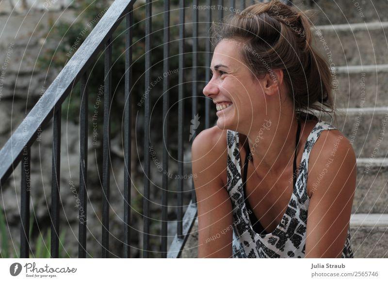 Lachen Treppe Frau Stein feminin Erwachsene 1 Mensch 30-45 Jahre Dorf Fassade Treppengeländer T-Shirt Bikini brünett Zopf lachen sitzen fantastisch braun grau