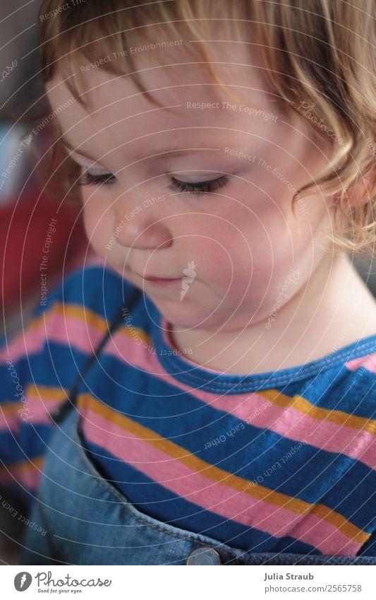 Kleinkind Mädchen gestreift feminin 1 Mensch 1-3 Jahre T-Shirt Jeanshose brünett blond Locken beobachten sitzen schön mehrfarbig friedlich Wachsamkeit Kindheit