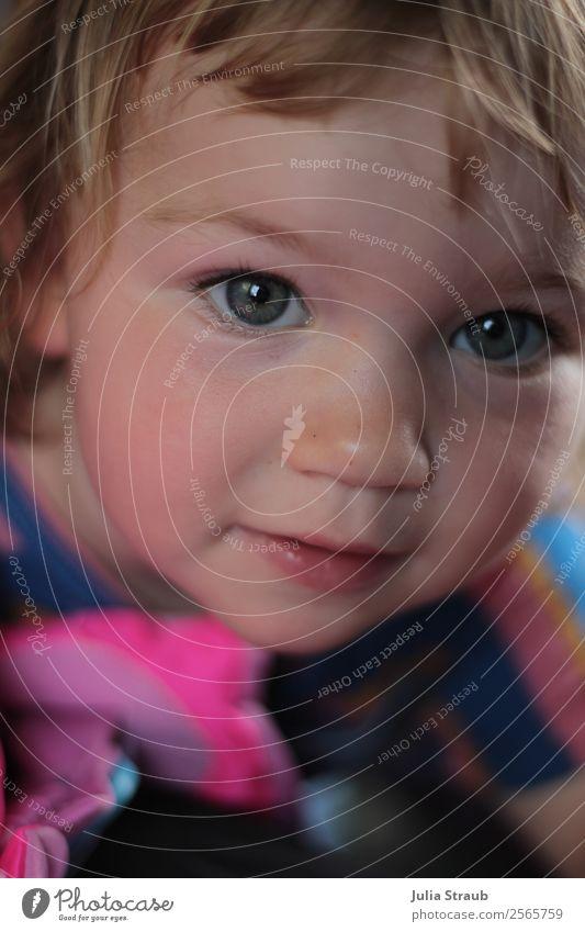 blaue Augen Mädchen feminin Kopf 1 Mensch 1-3 Jahre Kleinkind T-Shirt blond kurzhaarig Pony beobachten schön Neugier niedlich rosa Show groß Farbfoto