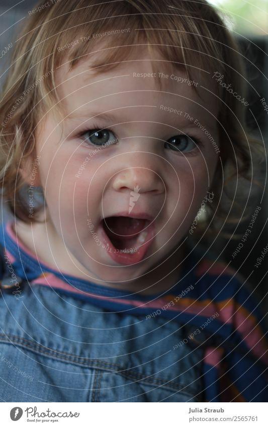 müde gähnen mädchen feminin Mädchen 1 Mensch 1-3 Jahre Kleinkind T-Shirt Latzhose brünett blond Locken Pony blau Müdigkeit Auge groß schön Farbfoto