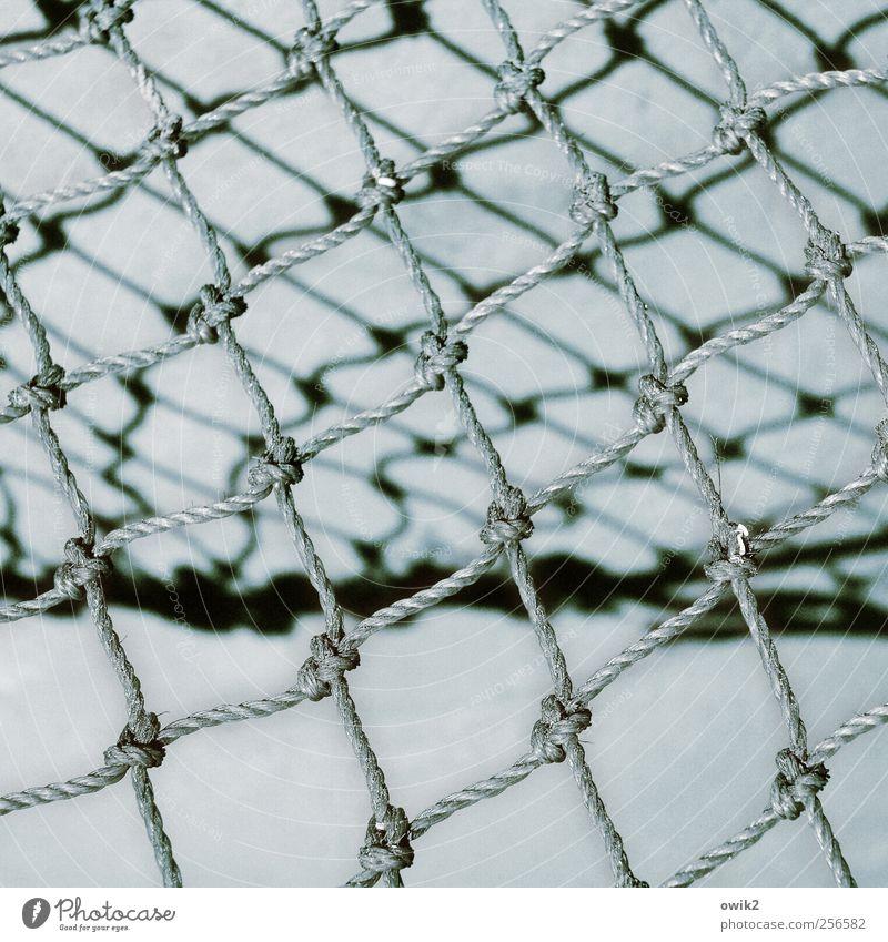 Altes Netz Fischereiwirtschaft Werkzeug viele blau grau schwarz weiß Stress Zusammenhalt netzartig Fischernetz Knoten Seil dünn elastisch robust fest Schlaufe
