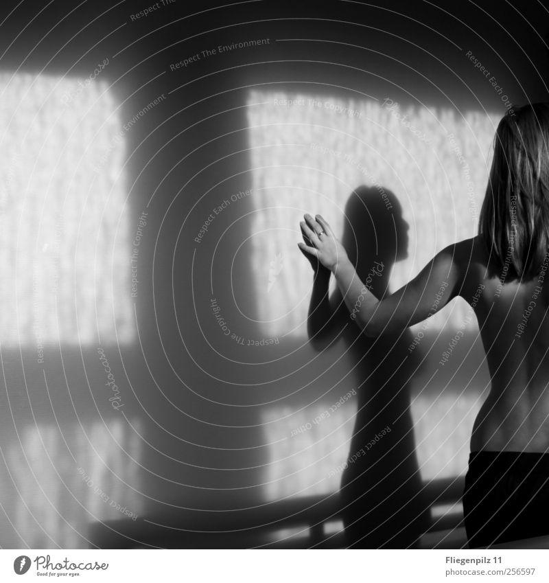 einsam hier drinnen... elegant Körper Haut feminin Junge Frau Jugendliche Rücken 1 Mensch Haare & Frisuren langhaarig beobachten berühren Denken stehen
