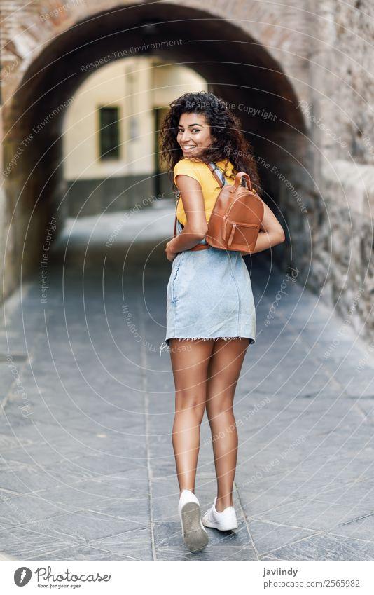 Junge afrikanische Touristenfrau mit schwarzer lockiger Frisur Lifestyle Stil Glück schön Haare & Frisuren Gesicht Tourismus Mensch feminin Junge Frau