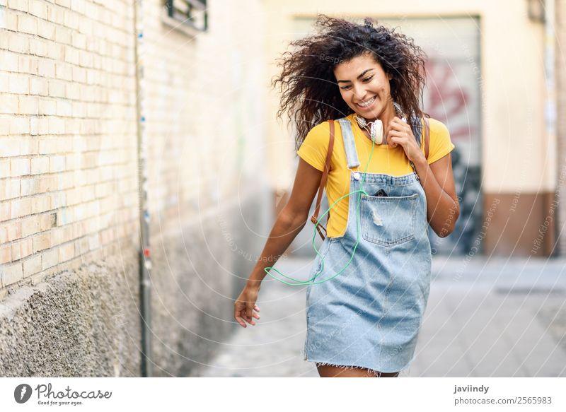 Junge afrikanische Frau mit Kopfhörer Lifestyle Stil Freude Glück schön Haare & Frisuren Mensch feminin Junge Frau Jugendliche Erwachsene 1 18-30 Jahre Herbst