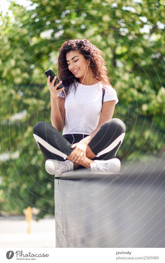 Schöne afrikanische Frau, die Musik über Kopfhörer hört. Lifestyle Stil Glück schön Haare & Frisuren Sport Telefon PDA Technik & Technologie Mensch feminin