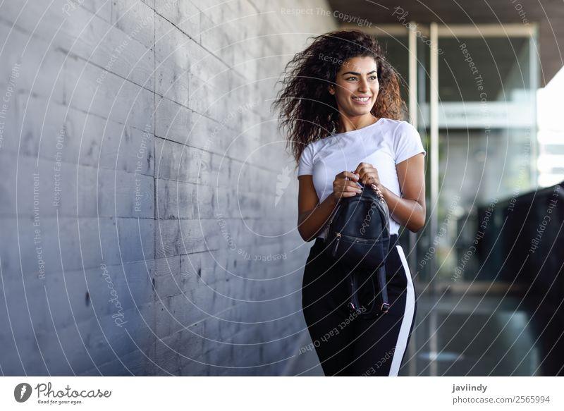 Junge afrikanische Frau mit schwarzer lockiger Frisur Lifestyle Stil Glück schön Haare & Frisuren Gesicht Sport Mensch feminin Junge Frau Jugendliche Erwachsene