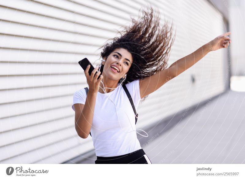 Frau Mensch Jugendliche Junge Frau schön Freude 18-30 Jahre Straße Erwachsene feminin Gefühle Sport Glück Stil Mode Haare & Frisuren