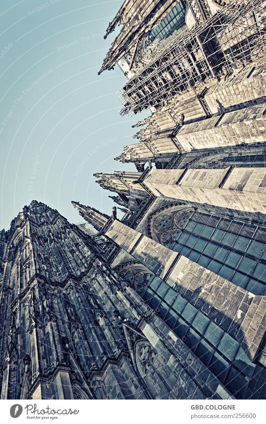 DOMinanter Aufblick | Kölner Dom #2 blau Fenster grau Religion & Glaube Stein braun Glas Fassade Beton groß Tourismus Kirche bedrohlich Schönes Wetter Denkmal Verfall