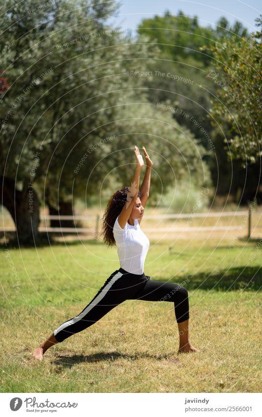 Frau Mensch Natur Jugendliche Junge Frau Sommer schön grün Erholung ruhig 18-30 Jahre schwarz Lifestyle Erwachsene feminin Sport