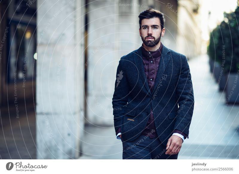 Bartiger Mann im urbanen Hintergrund in einem eleganten britischen Anzug. Lifestyle Stil schön Haare & Frisuren Mensch maskulin Junger Mann Jugendliche